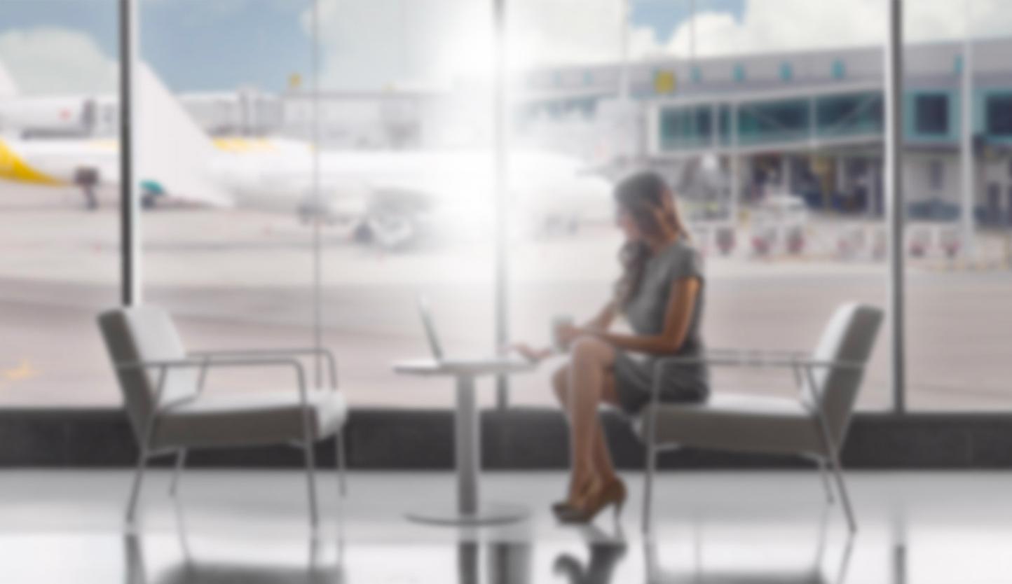 sfondo donna che beve il caffè all'aereoporto